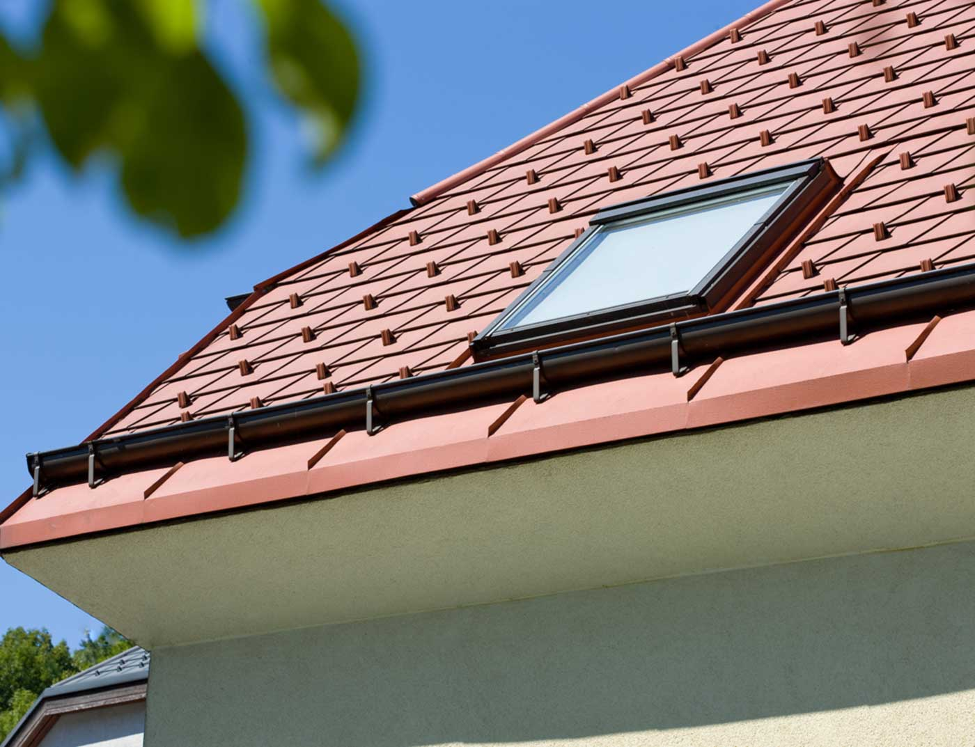Referenzobjekte PREFA Roof drainage on-roof gutter 01 P.10 brown